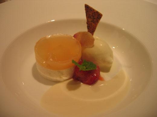 OTTO SETTEのデザート 甲州桃のムース、イチゴとアイスクリーム