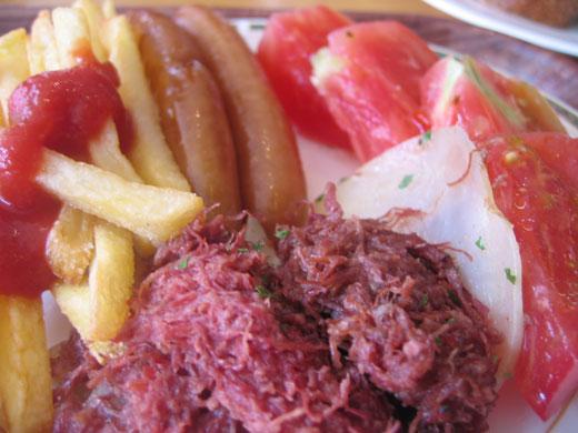 リゾナーレYYグリルの朝食 フライドポテト、ソーセージ、コーンドビーフと新鮮なトマト
