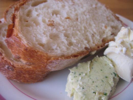 リゾナーレYYグリルの朝食 自家製焼き立てブレッドと香草バター