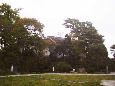 寺池城址と奥に見える懐古館