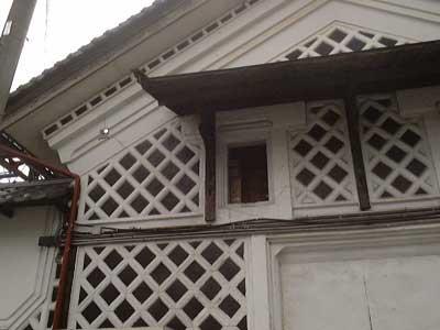 ヤマカノ醸造の見事な海鼠(なまこ)壁の蔵
