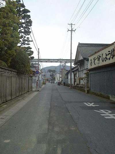 ヤマカノ醸造第三工場前を北上川方向に向かって撮影