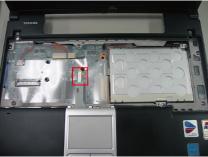 タッチパッドとマザーボードを接続しているケーブル